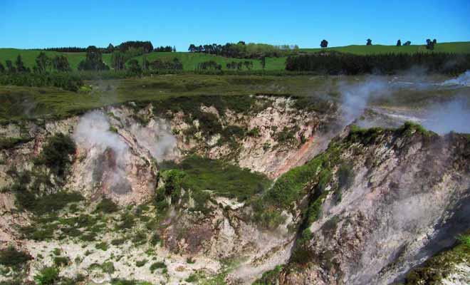 Les cratères de la lune se visitent (entrée payante) à proximité des Huka Falls. Vous pourrez y observer des mares de boues en ébullition le long d'un circuit aménagé.