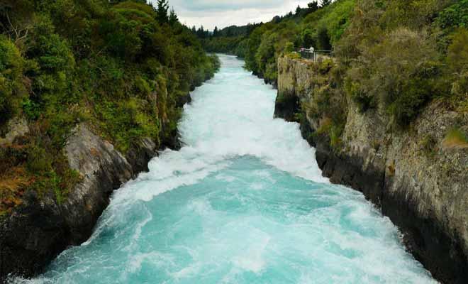 Le fleuve Waikato se resserre soudainement jusqu'à créer un goulot d'étranglement qui forme des rapides.