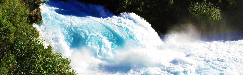 La chute de Huka Falls est très puissante.