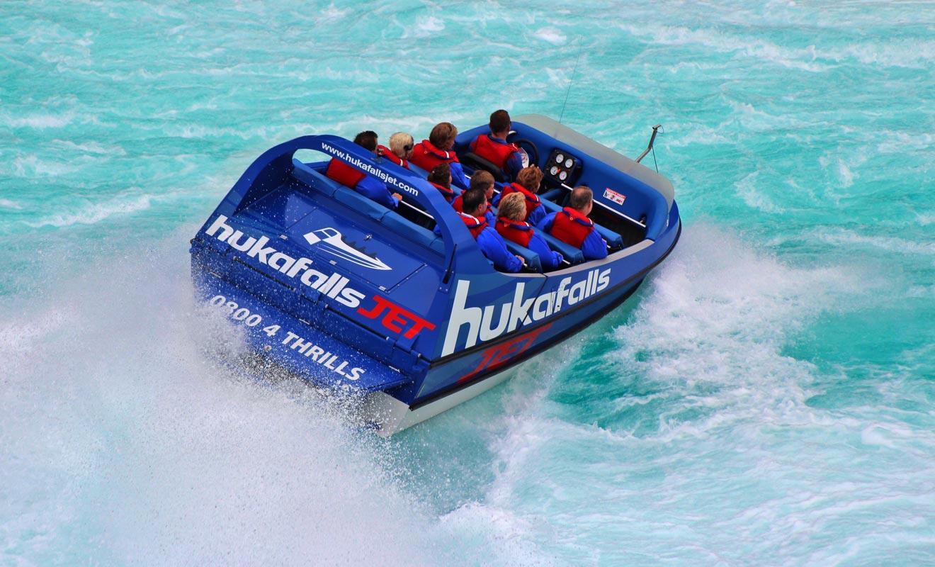 Le Huka Falls Jet s'approche tout prêt de la chute, ce qui permet de réaliser des photos souvenirs incroyables.