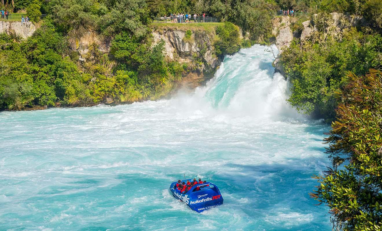 Il faut un jet boat particulièrement puissant pour approcher des Huka Falls sans être emporté par le courant. La compagnie Huka Falls Jet vous permet de vivre cette expérience.