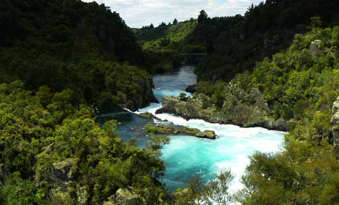 Une fois que les vannes du barrage se referment, la rivière d'Aratiatia retrouve son calme et les rapides disparaissent.