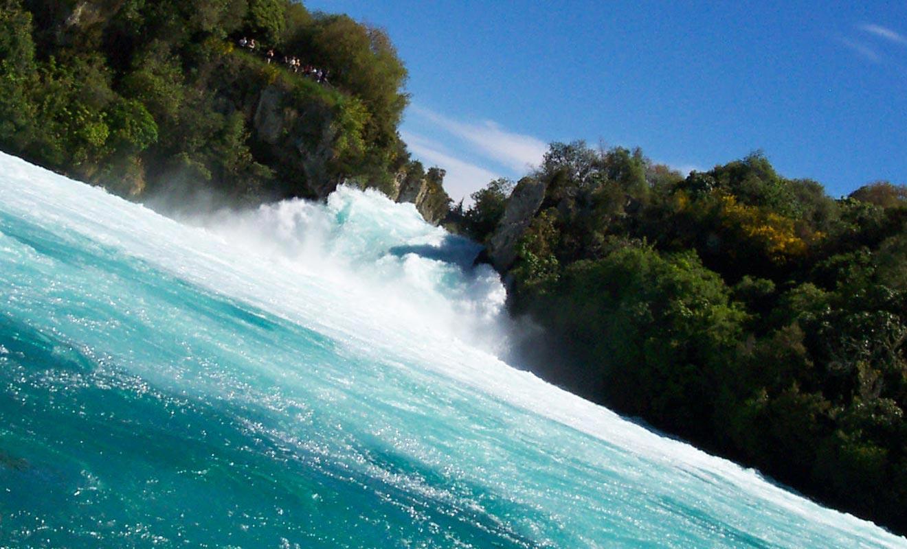 Le Huka Falls Jet s'approche de la chute, mais conserve tout de même une distance de sécurité.
