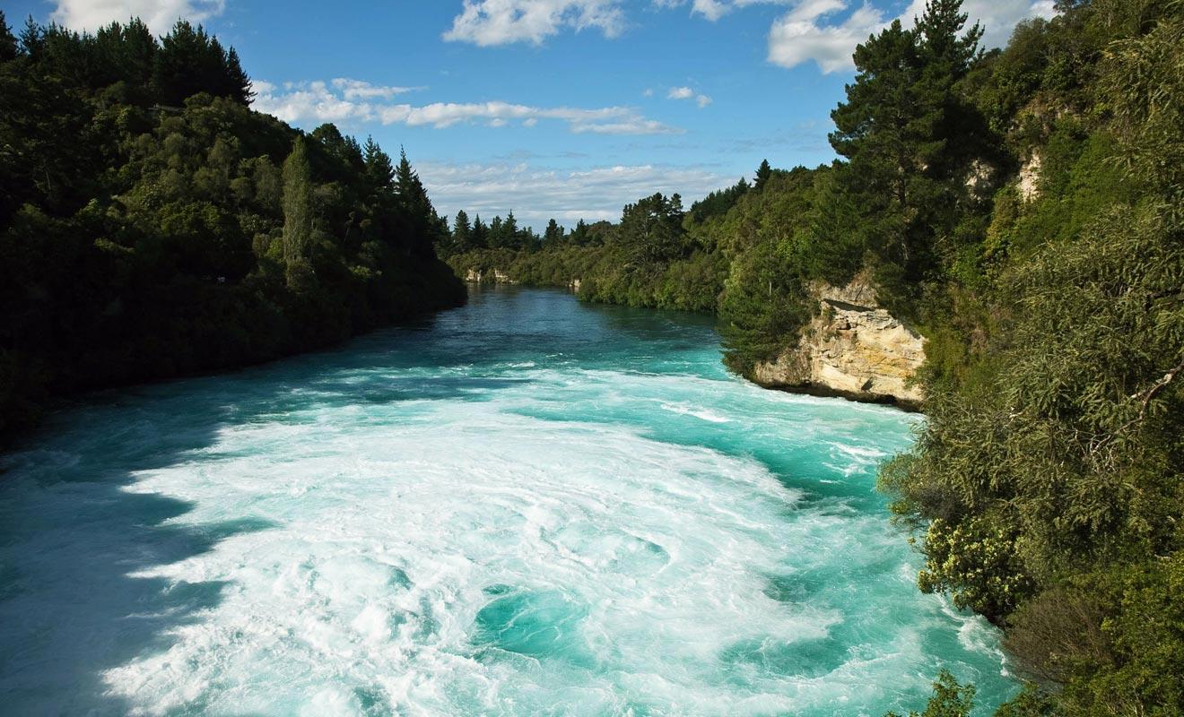 Le fleuve s'élargit après la chute et le courant baisse progressivement.