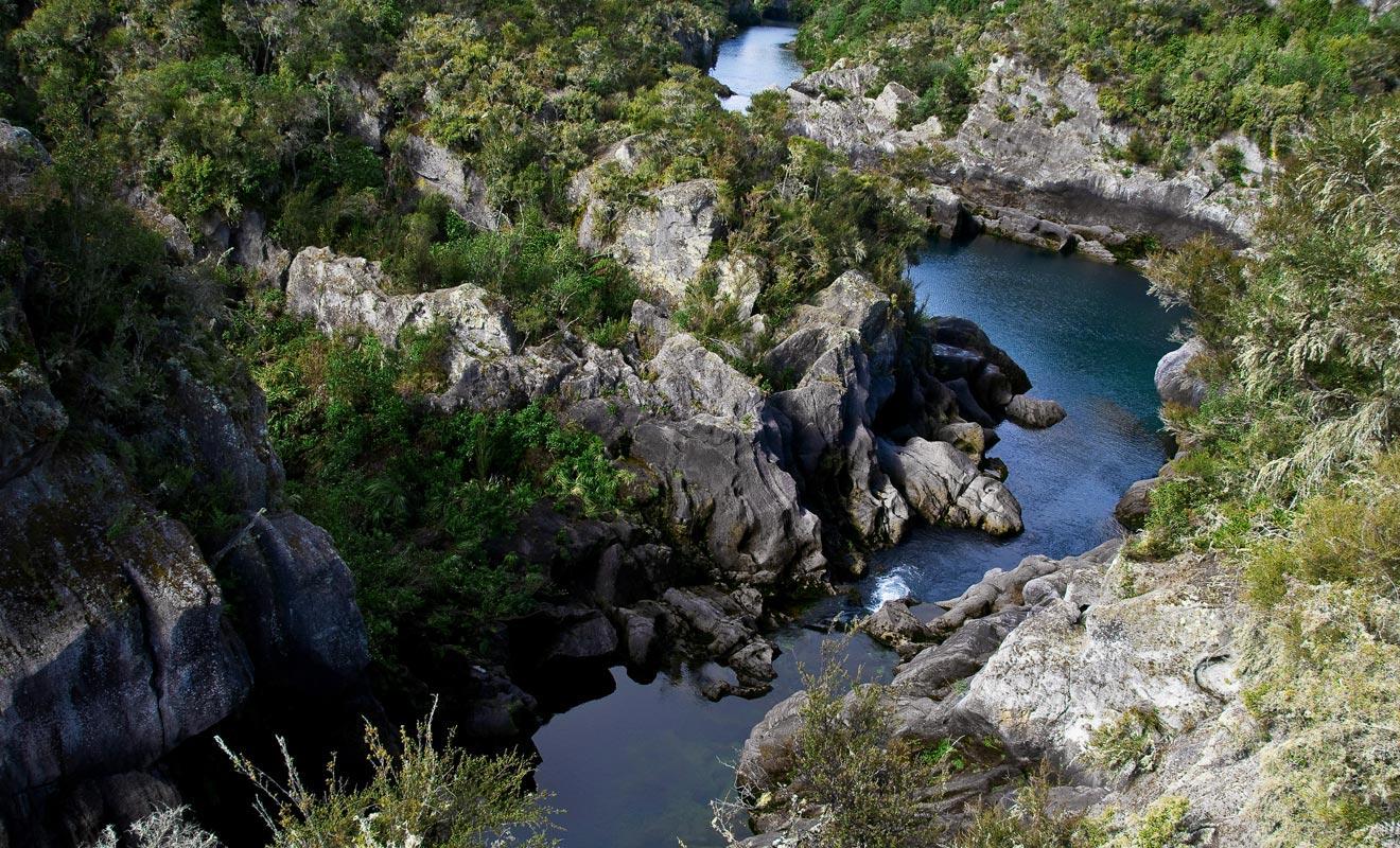 Avant l'ouverture des vannes du barrage, la rivière d'Aratiatia est paisible.