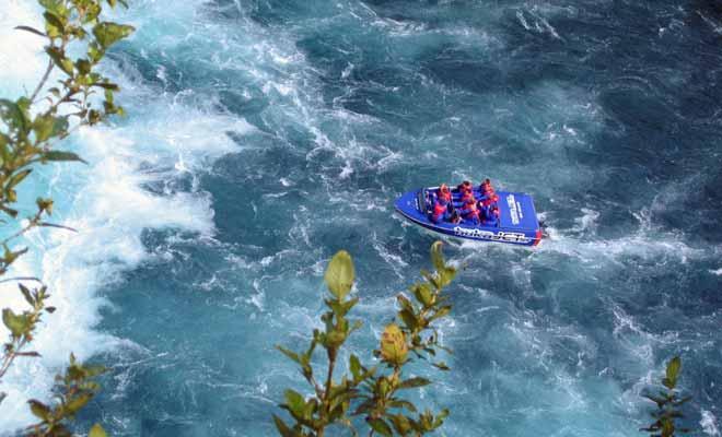 Si vous remontez le fleuve à bord du Huka Jet, vous pourrez approcher à quelques mètres seulement de la chute dont le débit serait capable de remplir unepiscine olympique en un rien de temps!