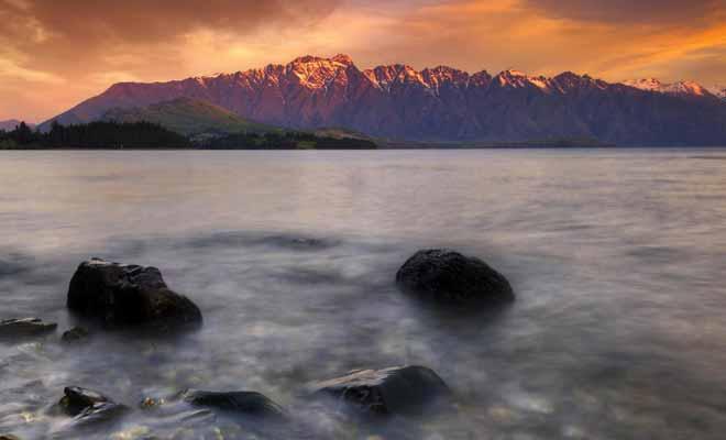 L'originalité de la péninsule de Kaikoura réside dans la proximité entre la mer et la montagne. Il est rare de pouvoir réunir ces deux paysages sur une même photographie. Avec la présence de baleines au large, on comprend pourquoi ce petit village accueille un million de visiteurs chaque année.