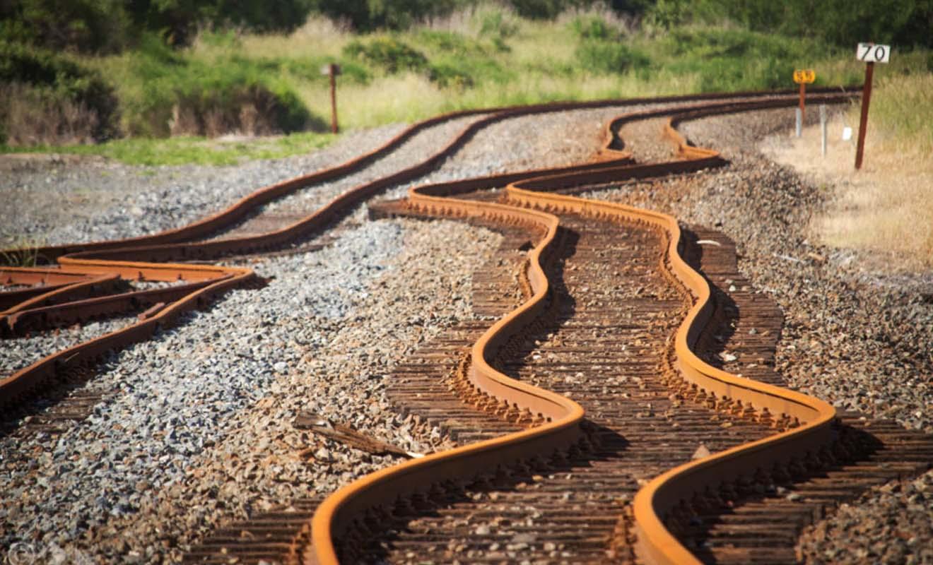 Si vous doutiez encore de la force d'un tremblement de terre, il suffit de regarder les rails déformés d'une voie ferrée pour se rendre compte de la puissance d'un séisme.