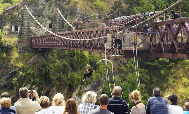 Il y a toujours du public pour regarder sauter les candidats du haut d'un pont. La plupart de ces spectateurs n'oseraient pas être à la place du courageux héros qui s'élance.