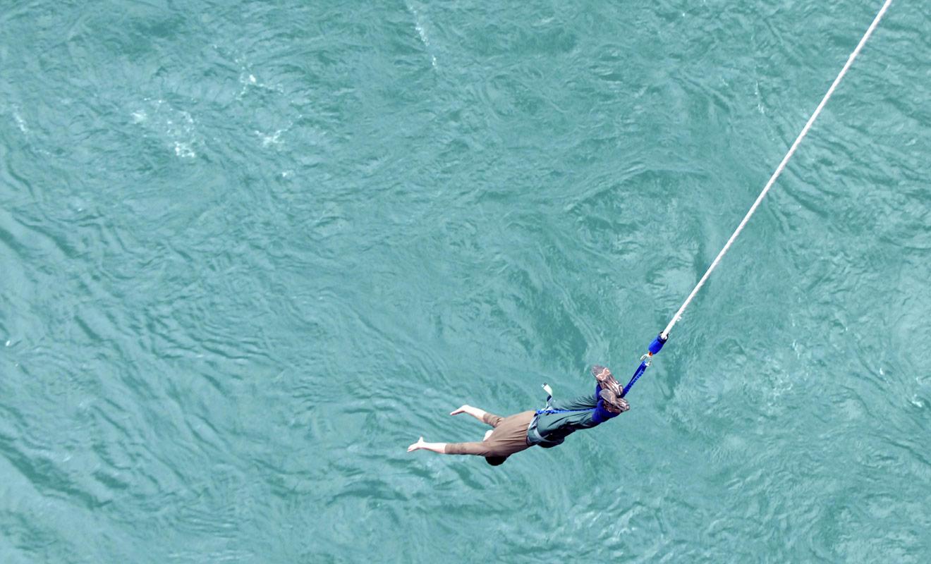 Sauter dans le vide pour finir sa chute dans l'eau et repartir aussitôt dans les airs. L'expérience est intense et même les habitués du bungy jumping en auront pour leur argent.
