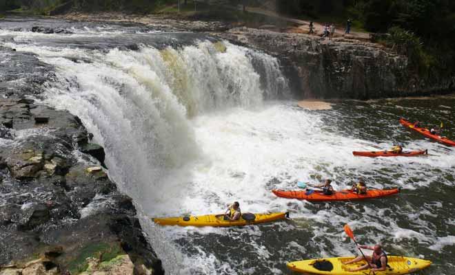 L'excursion en kayak jusqu'aux chutes de Haruru se déroule en présence d'un guide et il est même possible de venir à la nuit tombée lorsque les chutes sont illuminées.