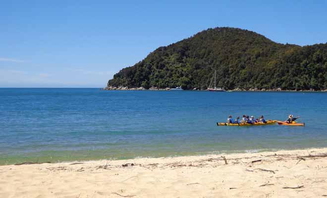 Le moniteur de kayak n'est pas uniquement présent pour assurer la sécurité du groupe ! Il est aussi présent pour partager ses connaissances sur la région et raconter des légendes maories.