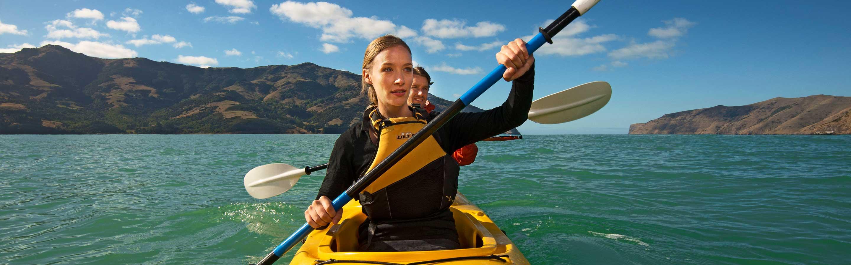 Jeune femme qui explore le parc d'Abel Tasman en kayak.