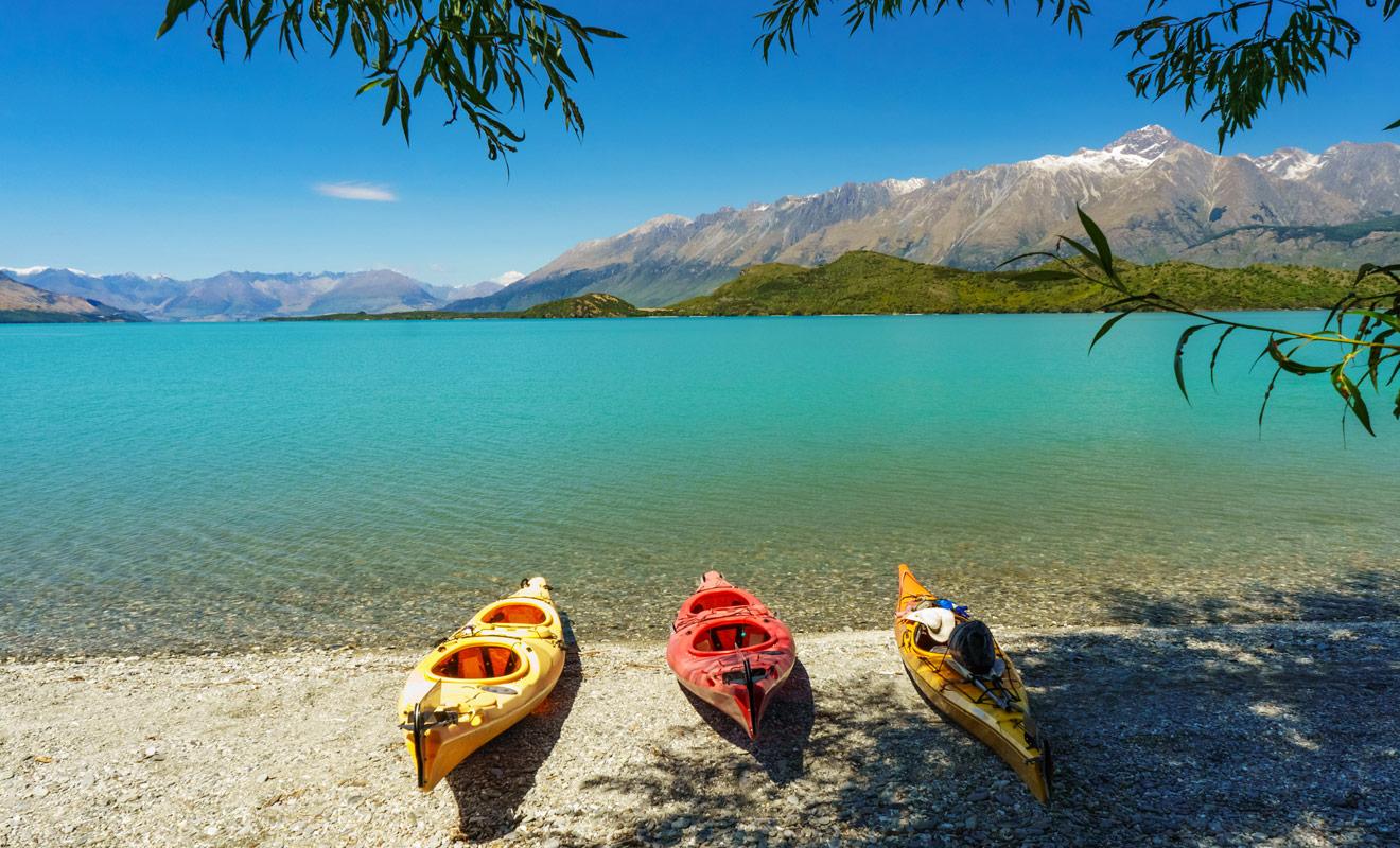 La réservation de certaines activités est indispensable durant la haute saison, notamment dans le parc national d'Abel Tasman où les excursions en kayak sont très populaires.