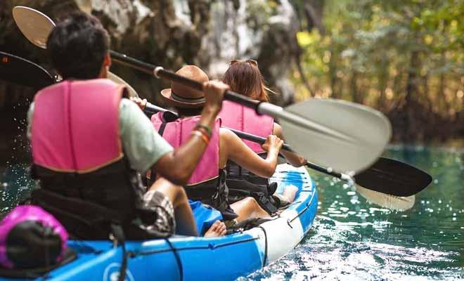 Parce qu'il peut se pratiquer en famille, le kayak est une activité très populaire en Nouvelle-Zélande.