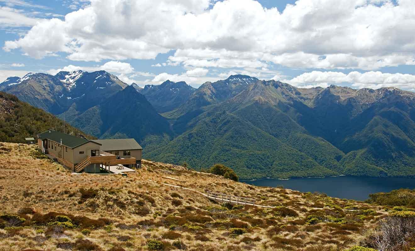 Luxmore Hut est célèbre pour son panorama sur le lac et les montagnes du Fiordland.