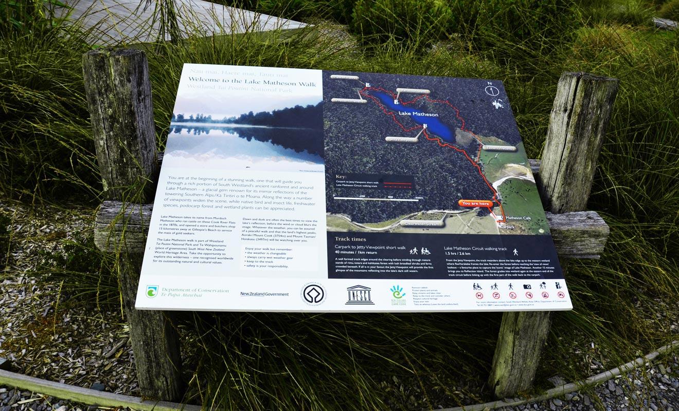 La carte de la randonnée se trouve au début de l'excursion. Impossible de se perdre, il suffit de rester sur le sentier pour faire le tour du lac.