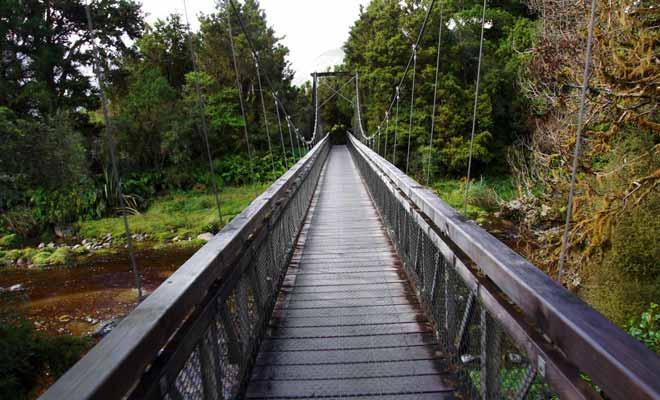 Aucune inquiétude à avoir, le pont suspendu qui enjambe la rivière de Clear Water est parfaitement stable.