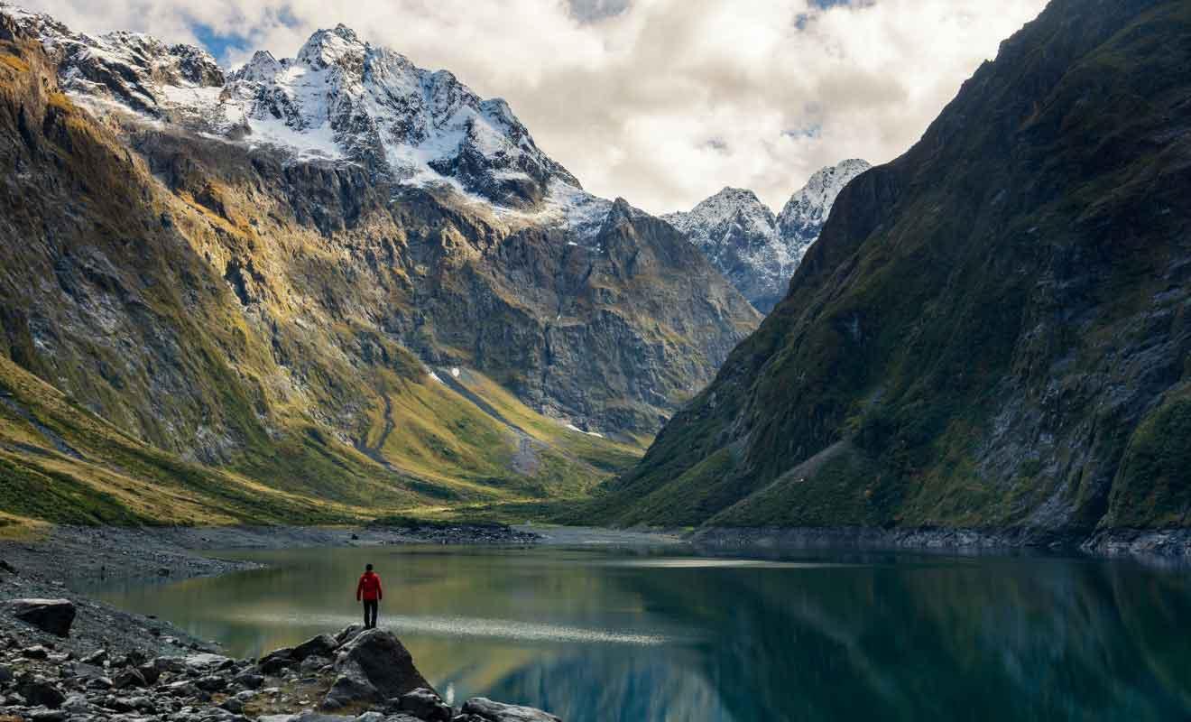 Le Lake Marian se trouve au terme d'une randonnée facile dans les montagnes.
