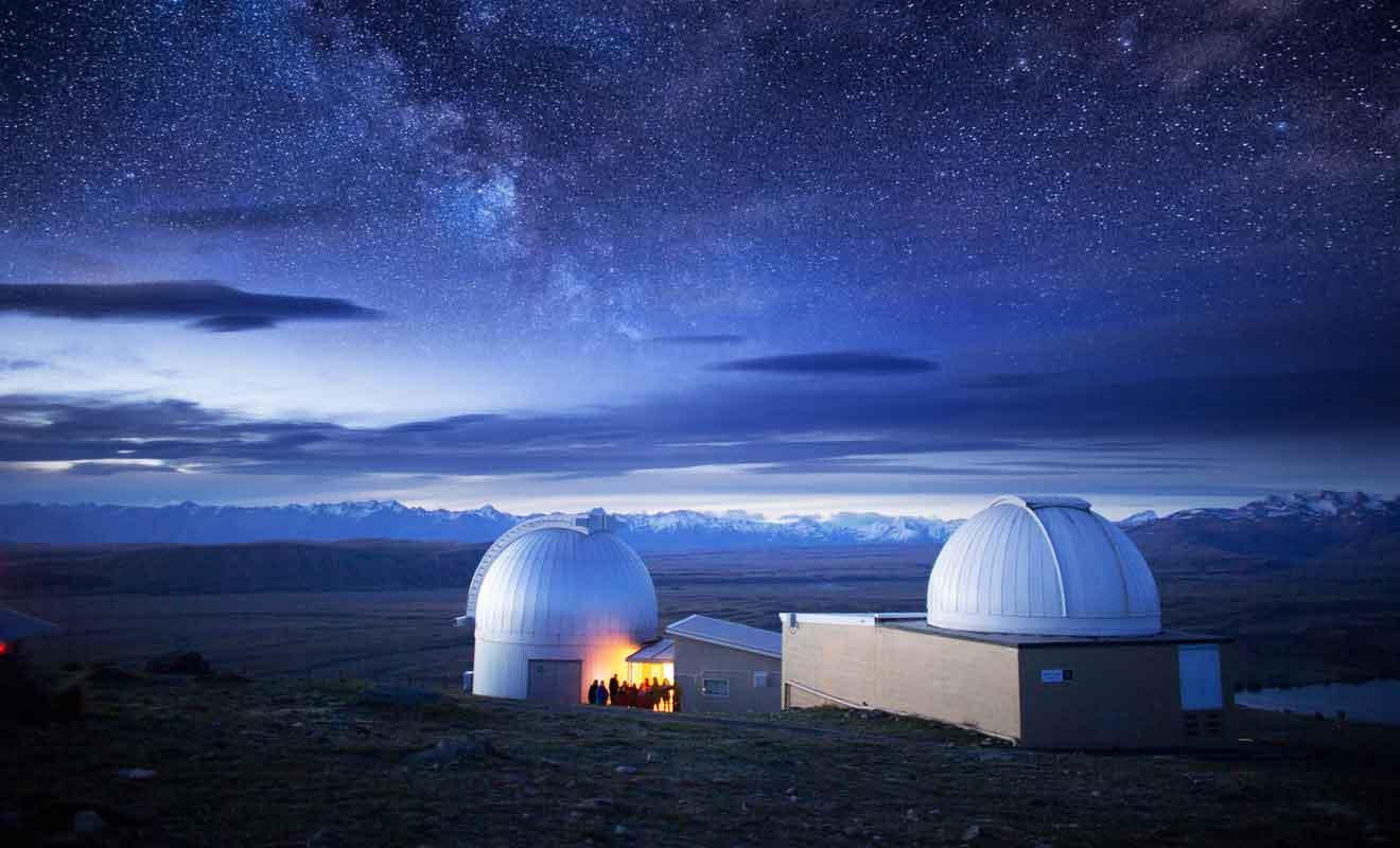 Les passionnés d'astronomie peuvent participer à des sorties guidées dans la montagne pour admirer les étoiles.