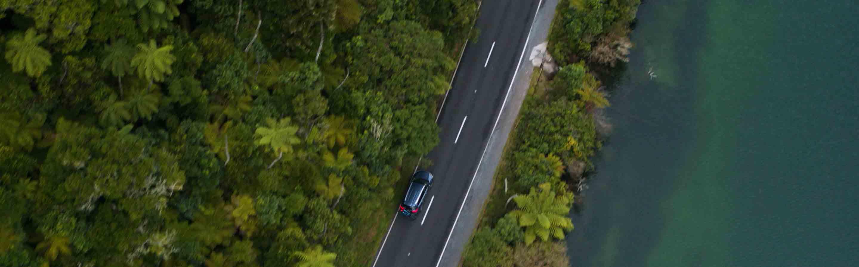 Voiture qui circule sur une route de Nouvelle-Zélande.