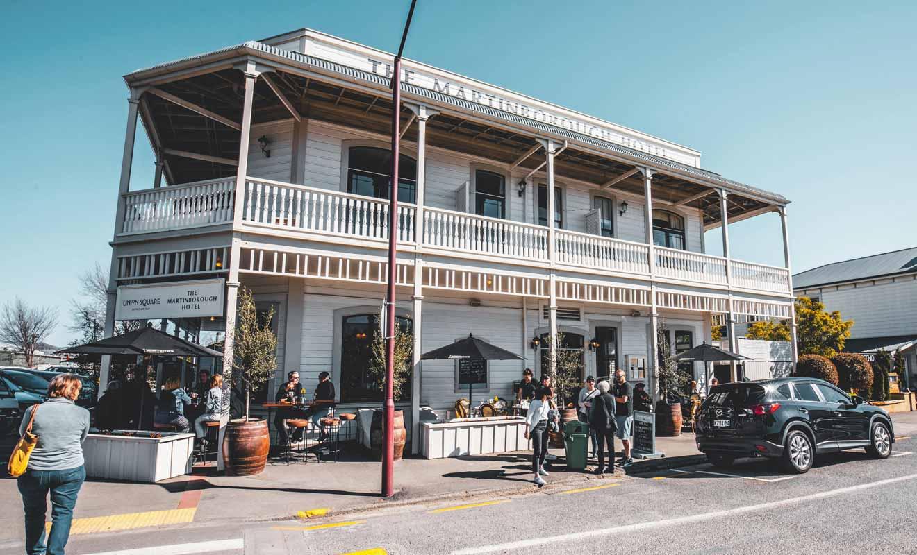Située exactement à mi-parcours depuis Wellington, la petite ville de Martinborough est célèbre pour ses vignobles.