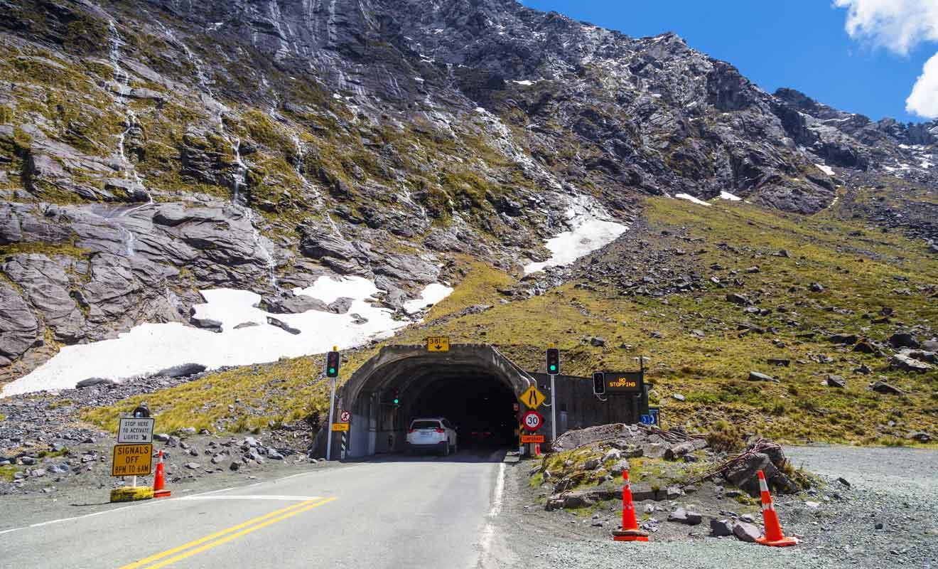 Il aura fallu presque 30 ans pour creuser le Homer Tunnel dans la roche de granit.
