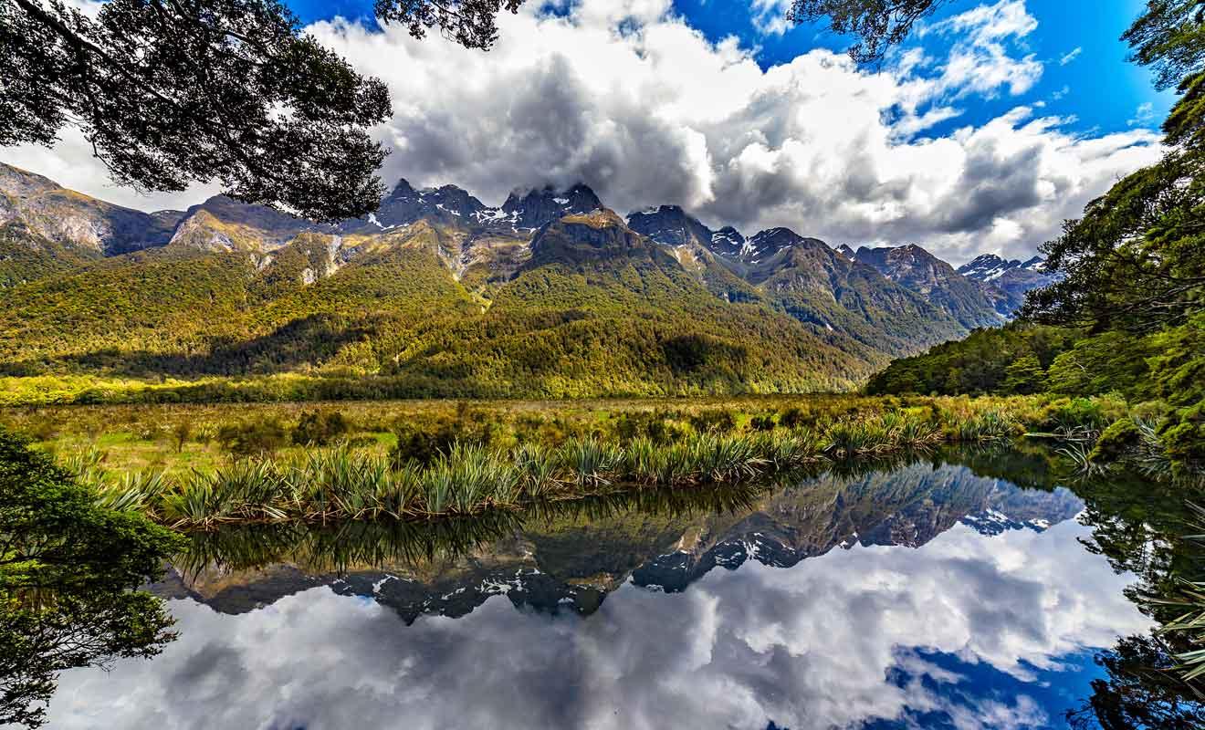 Les montagnes se reflètent à la surface du lac si la surface de l'eau n'est pas troublée par les canards ou par la pluie et le vent.