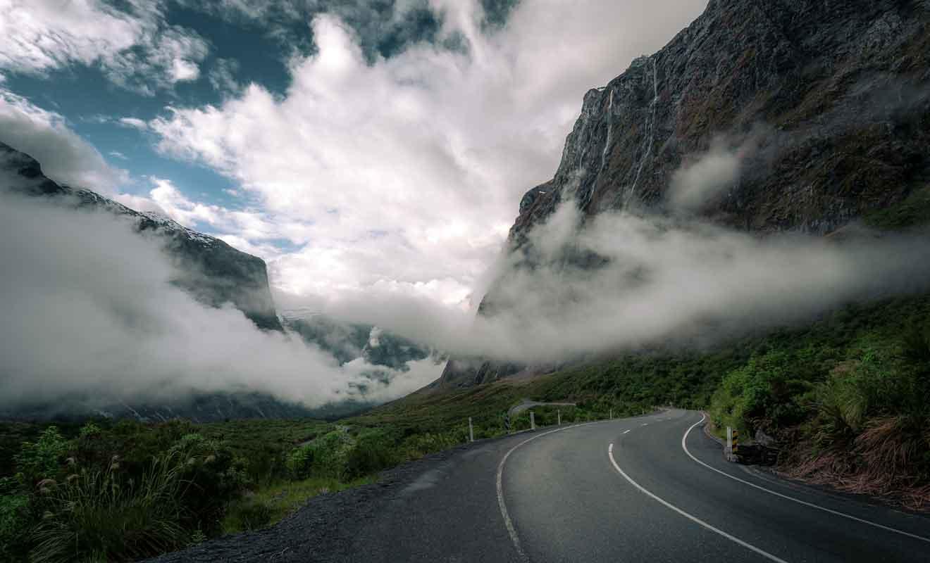 Parce qu'ils sont captivés par le paysage, de nombreux conducteurs oublient de se concentrer sur la route et finissent dans un fossé.