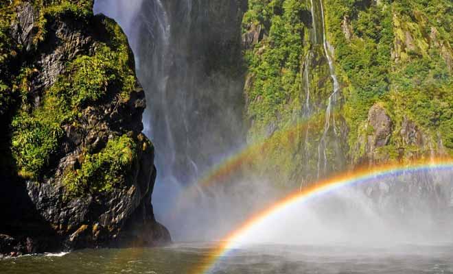 Les centaines de cascades qui se forment à cause de la pluie sont balayées par le vent. L'humidité dans l'air laisse apparaitre de nombreux arcs en ciel.
