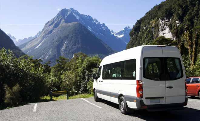 Si vous n'êtes pas un conducteur expérimenté et si vous n'avez jamais piloté un camping-car il vaut sans doute mieux lui préférer la voiture. D'autant que l'on roule à gauche dans le pays et qu'il faudra s'y habituer très vite.