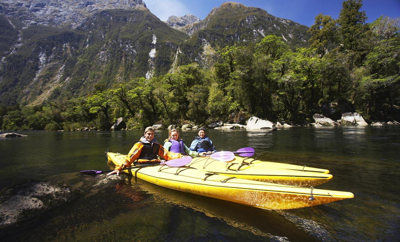 Le principal avantage d'un Programme Vacances Travail en Nouvelle-Zélande tient à la beauté légendaire des deux îles du pays. Vous aurez l'occasion de découvrir de nombreux paysages et vous pratiquerez des activités sportives comme le kayak et même le saut à l'élastique !