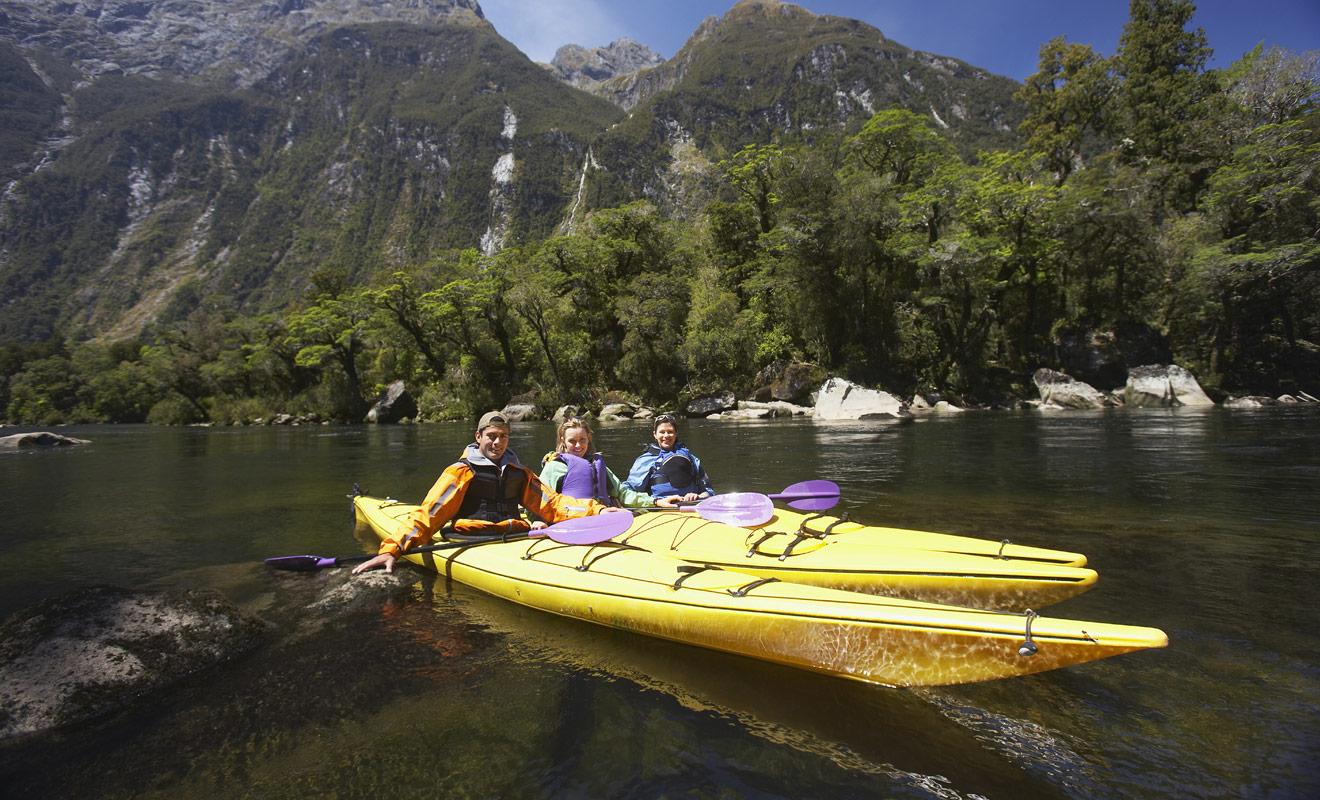 Se déplacer en kayak permet non seulement de gagner du temps par rapport à la randonnée à pied, mais cela permet aussi de rejoindre des lieux difficiles d'accès et de profiter d'un point de vue radicalement différent sur la nature sauvage de Nouvelle-Zélande.