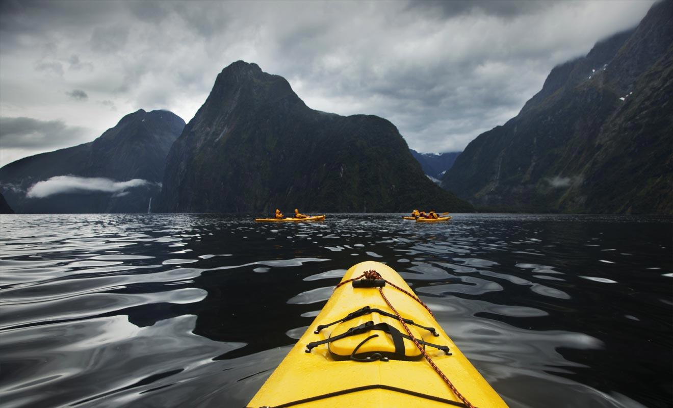Durant la basse saison, les fjords retrouvent leur calme originel, enfin débarrassé des hordes de touristes. L'occasion parfaite pour partir à la rencontre des otaries à bord d'un kayak.