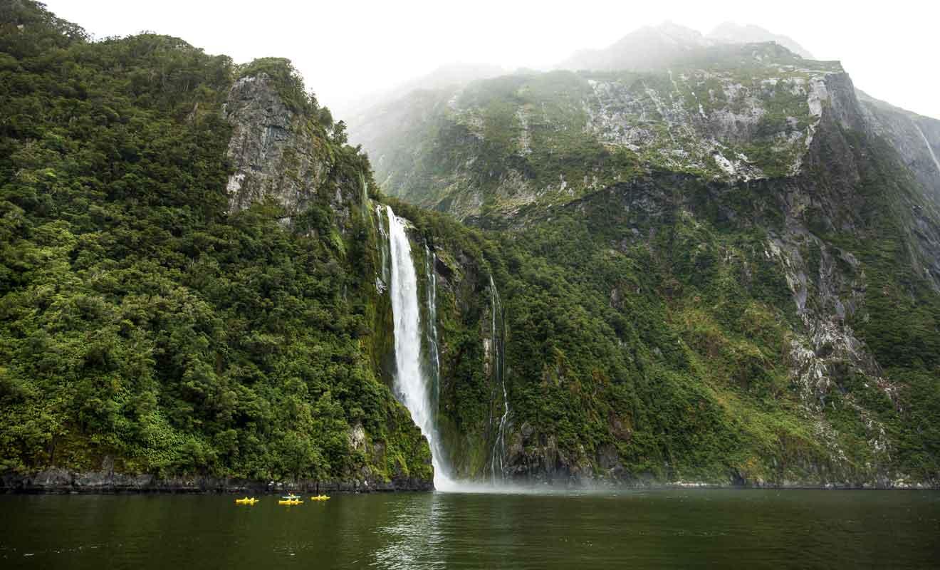 Le kayak permet de naviguer près des chutes et des cascades.