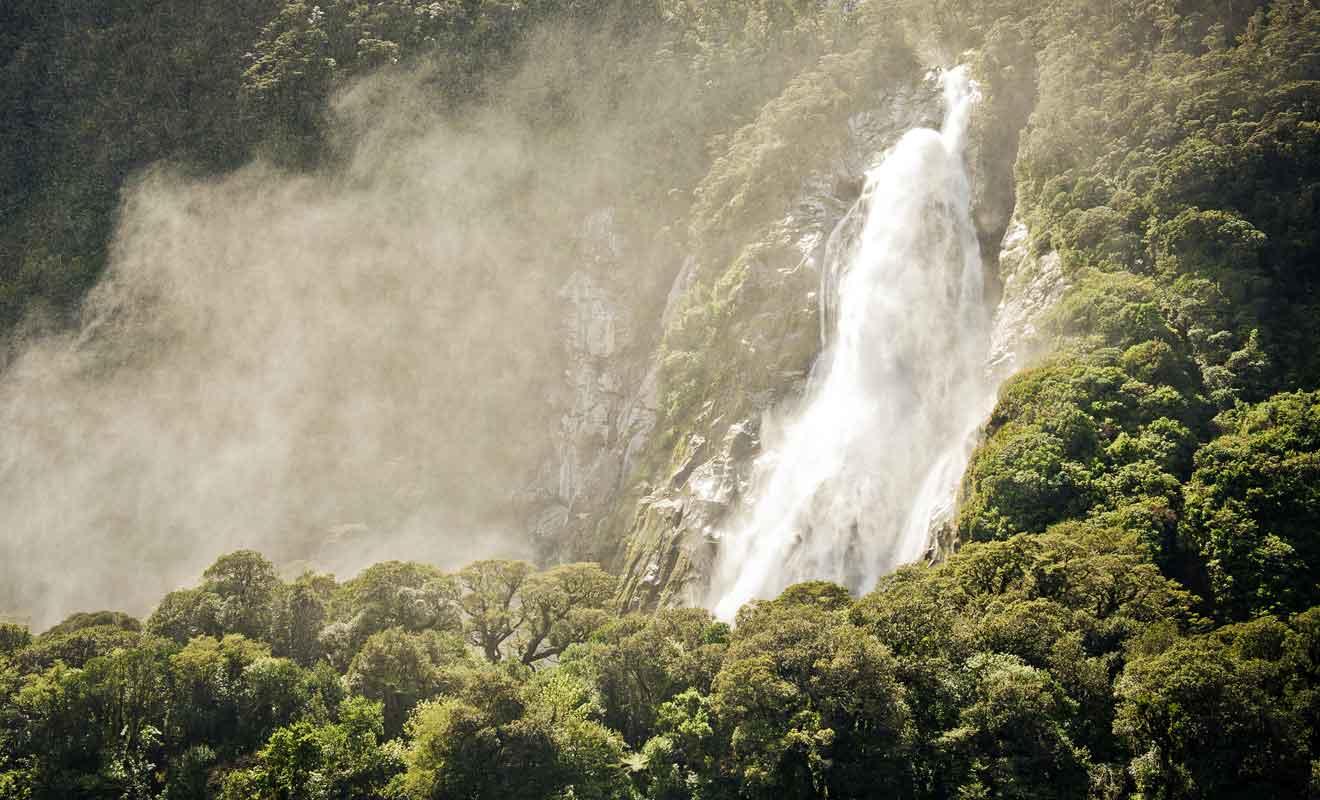Les précipitations records du Fiordland donnent naissance à des centaines de cascades.