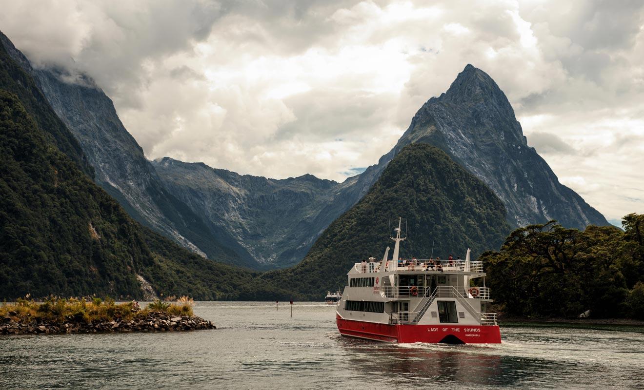 La croisière dure entre deux et trois heures selon la compagnie. L'itinéraire consiste à remonter le fjord jusqu'à la mer de Tasman. Les colonies d'otaries, les dauphins et les nombreuses chutes et cascades sont autant d'occasions de prendre des photos inoubliables.