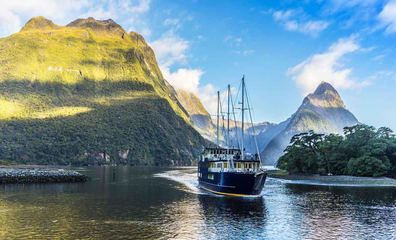 Pour choisir une excursion sur le fjord, il faut comparer les horaires, les tarifs et les services à bord.
