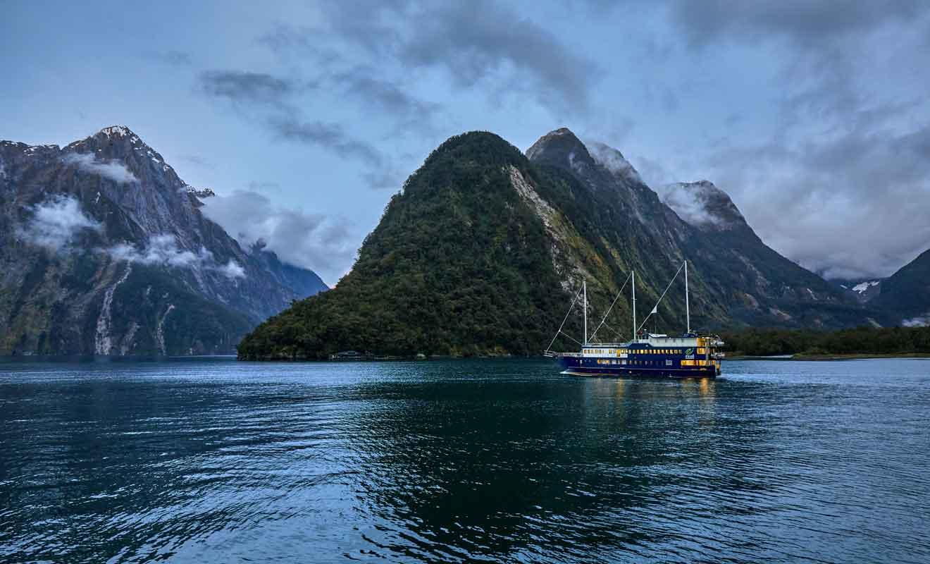 Real Journeys propose des cabines à louer pour passer la nuit au Milford Sound.