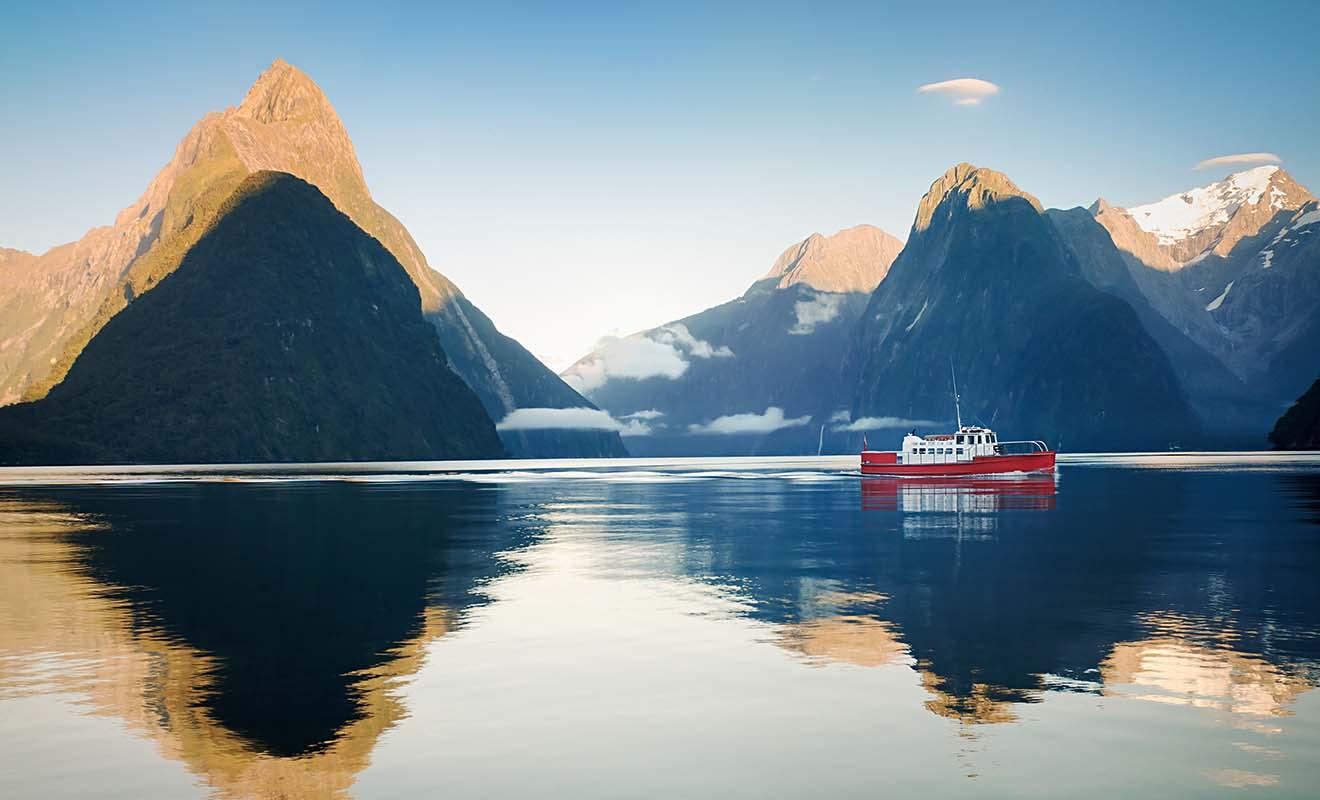 La hausse de la fréquentation touristique commence à poser problème au Milford Sound, avec trop de navires de croisière ou d'avions qui survolent les montagnes.