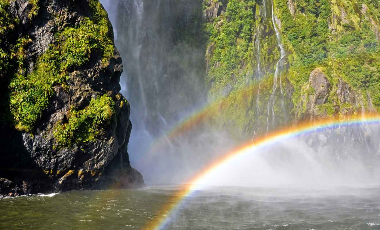 L'eau emportée par le vent engendre des arcs-en-ciel.