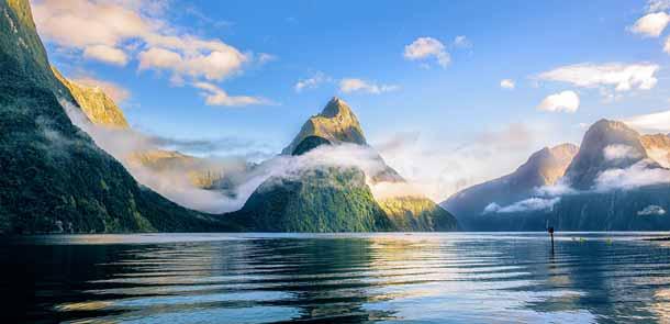 Le Mitre Peak culmine à 1696 mètres d'altitude et doit son nom à sa forme pointue qui évoque la coiffe d'un évêque. La montagne est visible dès que l'on arrive au parking.