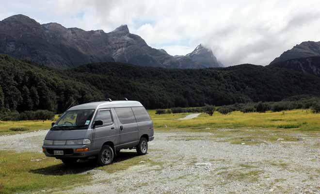 Véhicule d'occasion rime souvent avec réparation, surtout si vous achetez le premier van ou camping-car disponible. Mais les petites galères sur le bord de la route forgent le caractère et font parties de la plupart des Programmes Vacances Travail.