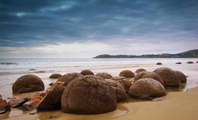 Il faut impérativement se renseigner sur les horaires des marées avant de venir visiter la plage. Les boulders ne sont visibles et accessibles qu'à marée basse.