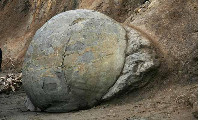 Plus la falaise s'effrite avec le temps et plus l'on voit surgir de nouveaux boulders.