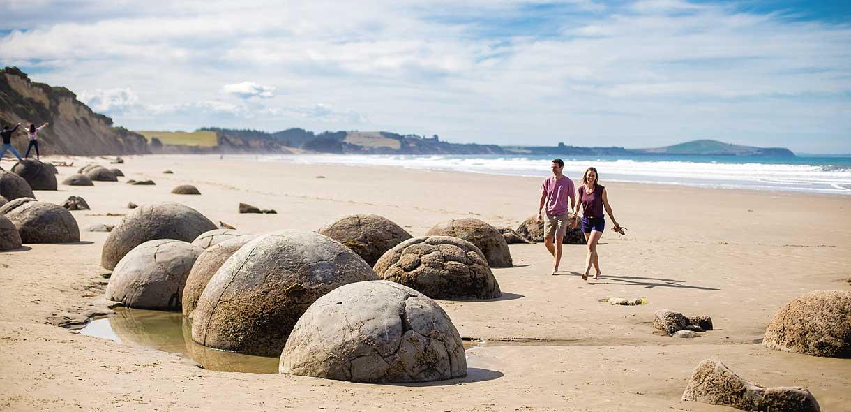 Les Moerakis Boulders sont des rochers ronds sur la plage.