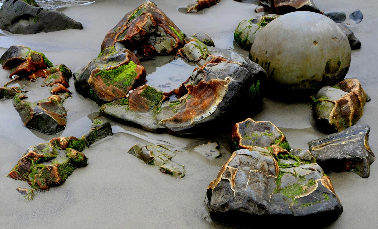 La couleur ocre de l'intérieur des boulders a fait couler beaucoup d'encre. Certains y voient la preuve qu'il s'agit d'oeufs de dinosaures fossilisés.