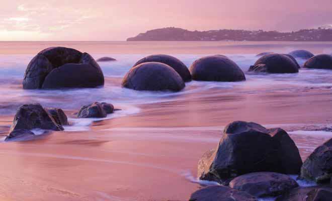 Ces curieux rochers ronds se seraient formés durant des millions d'années à l'époque où la Nouvelle-Zélande était enfouie sous l'océan. Mais vous êtes libre d'imaginer une autre explication plus originale...