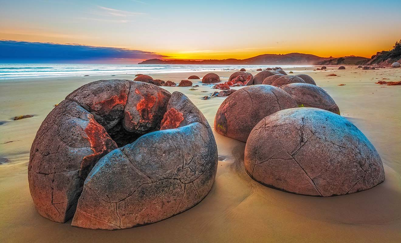 Les Moeraki boulders ne sont évidemment pas des oeufs de dinosaures ou d'extraterrestres. Ils se sont formés comme des perles durant des millions d'années.