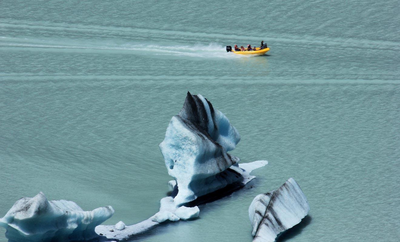 L'excursion de Glacier Explorers permet de s'approcher des icebergs en Zodiac. Le pilote s'approchera même suffisamment près pour vous permettre de le toucher et d'en décrocher un morceau.